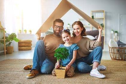 koncept för en ung familj. Mamma, pappa och barn i nytt hus med tak hemma